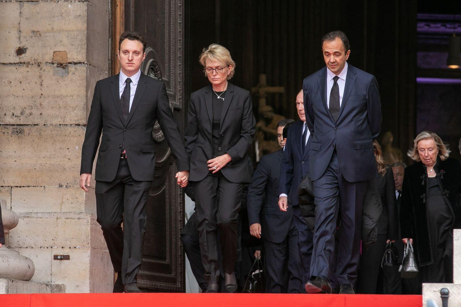 Claude Chirac, fille de l'ancien président français Jacques Chirac, son fils Martin Rey-Chirac et son mari Frédéric Salat-Baroux remercient le public à l'occasion des funérailles de l'ancien président français Jacques Chirac, à Paris. | Photo : GettyImage