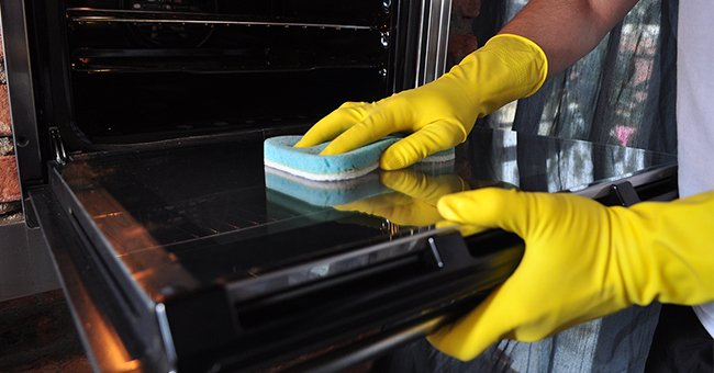 Common Mistakes to Avoid While Cleaning the Oven