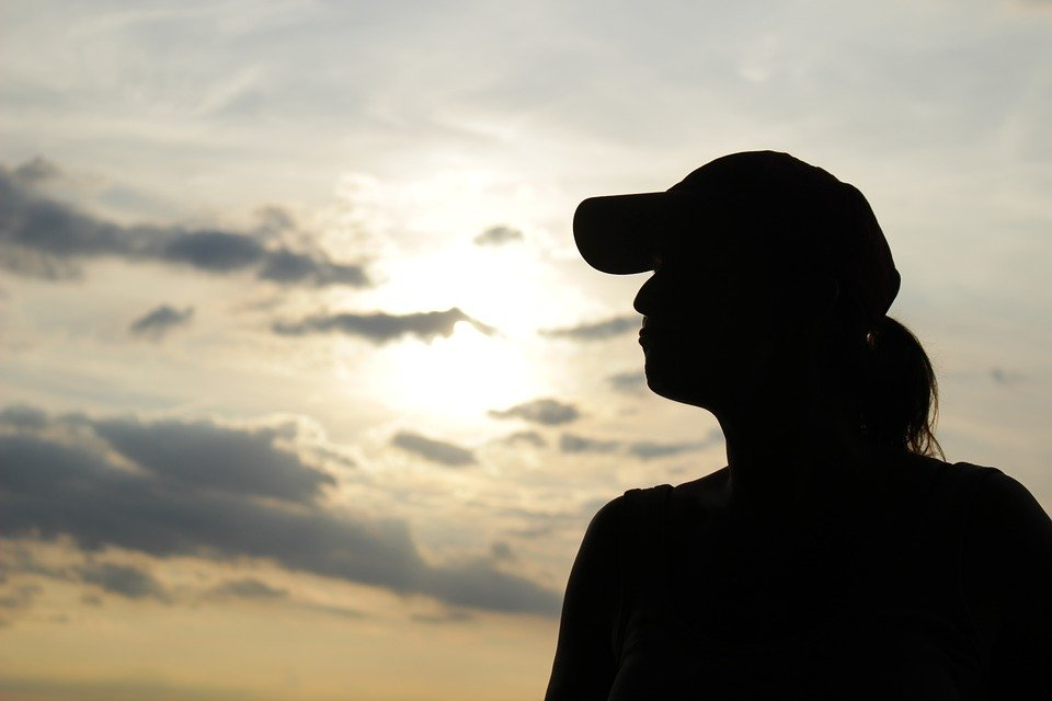 A woman in a silhouette shot | Photo: Pixabay