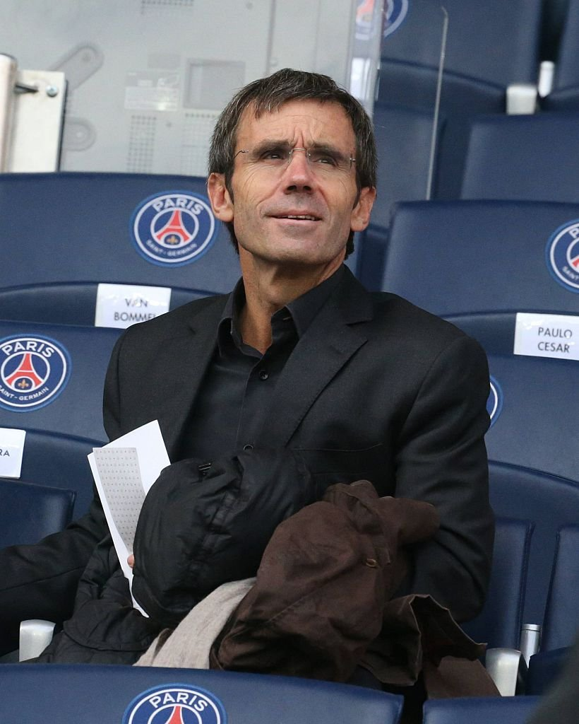David Pujadas assiste à la ligue 1 française entre paris saint-germain et girondins de Bordeaux au parc des princes le 25 octobre 2014. | Photo : Getty Images