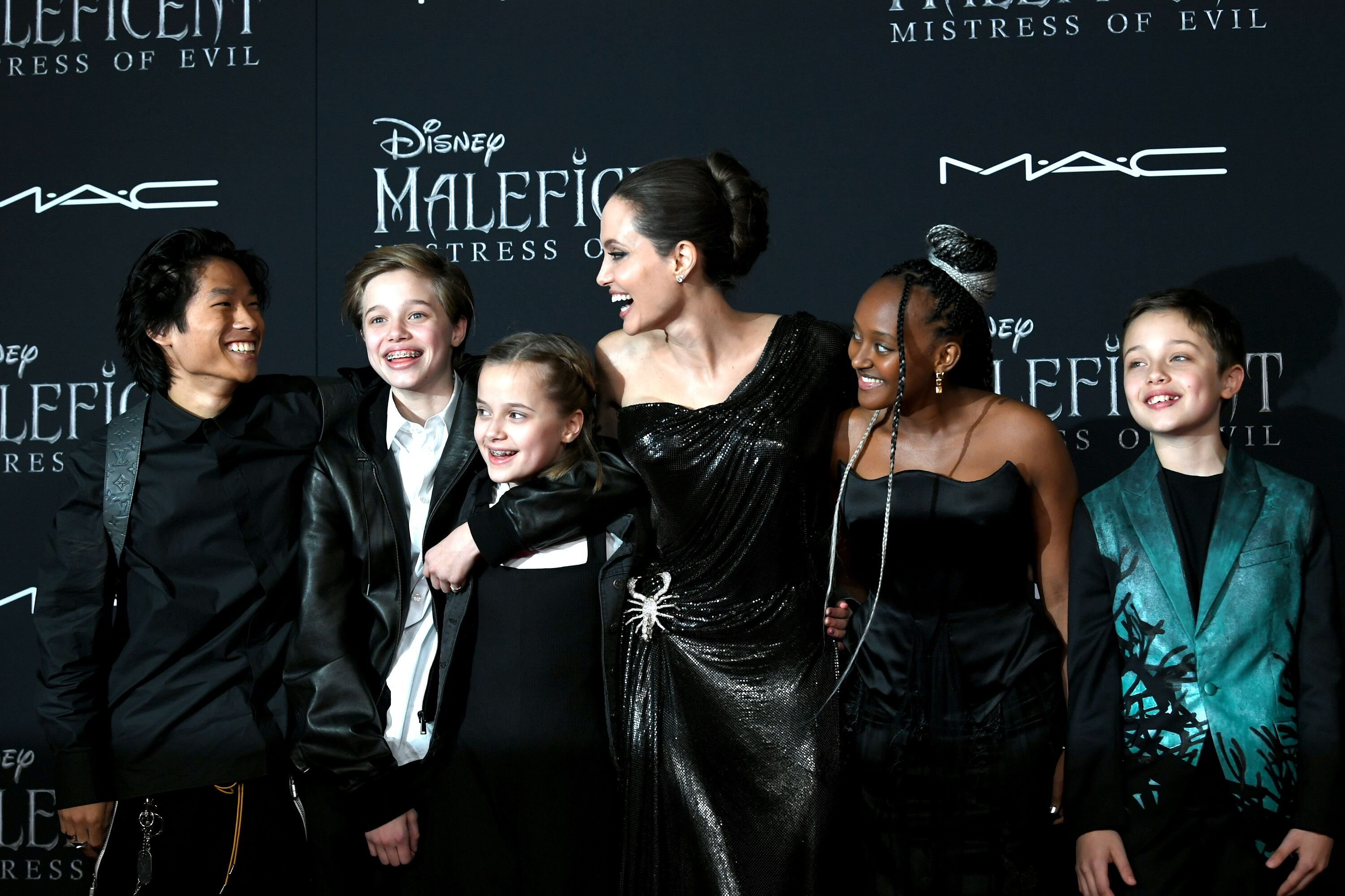 "L-R) Pax Thien Jolie-Pitt, Shiloh Nouvel Jolie-Pitt, Vivienne Marcheline Jolie-Pitt, Angelina Jolie, Zahara Narley Jolie-Pitt und Knox Leon Jolie-Pitt bei der Premiere von Disneys ""Maleficent: Mistress Of Evil"" im El Capitan Theatre am 30. September 2019 in Los Angeles, Kalifornien 