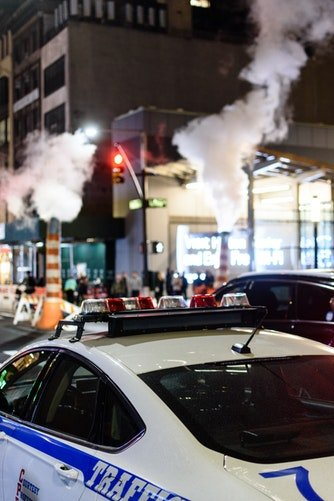 Une voiture de police roulant dans la rue | Photo : Unsplash