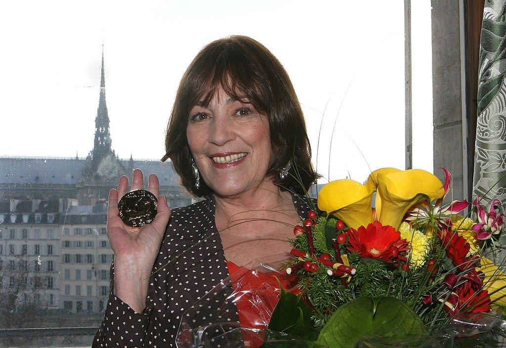 Carmen Maura recibe la medalla de honor de la ciudad de París en Mairie de Paris, el 9 de febrero de 2011 en París, Francia. | Imagen: Getty Images