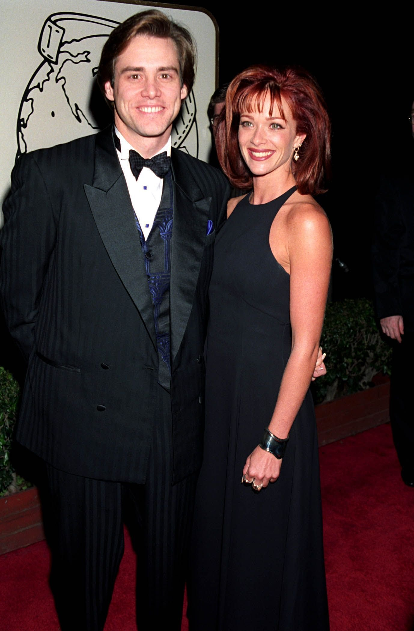 Jim Carrey and Lauren Holly pose for the camera during 1995 Golden Globe Awards. | Source: Getty Images
