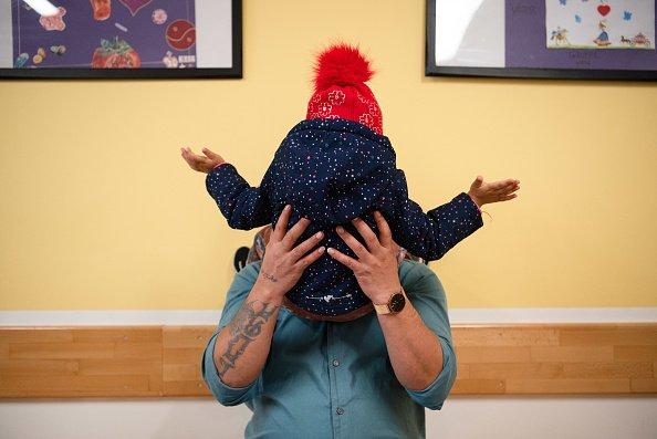 Padre e hija jugando│Imagen tomada de: Getty Images