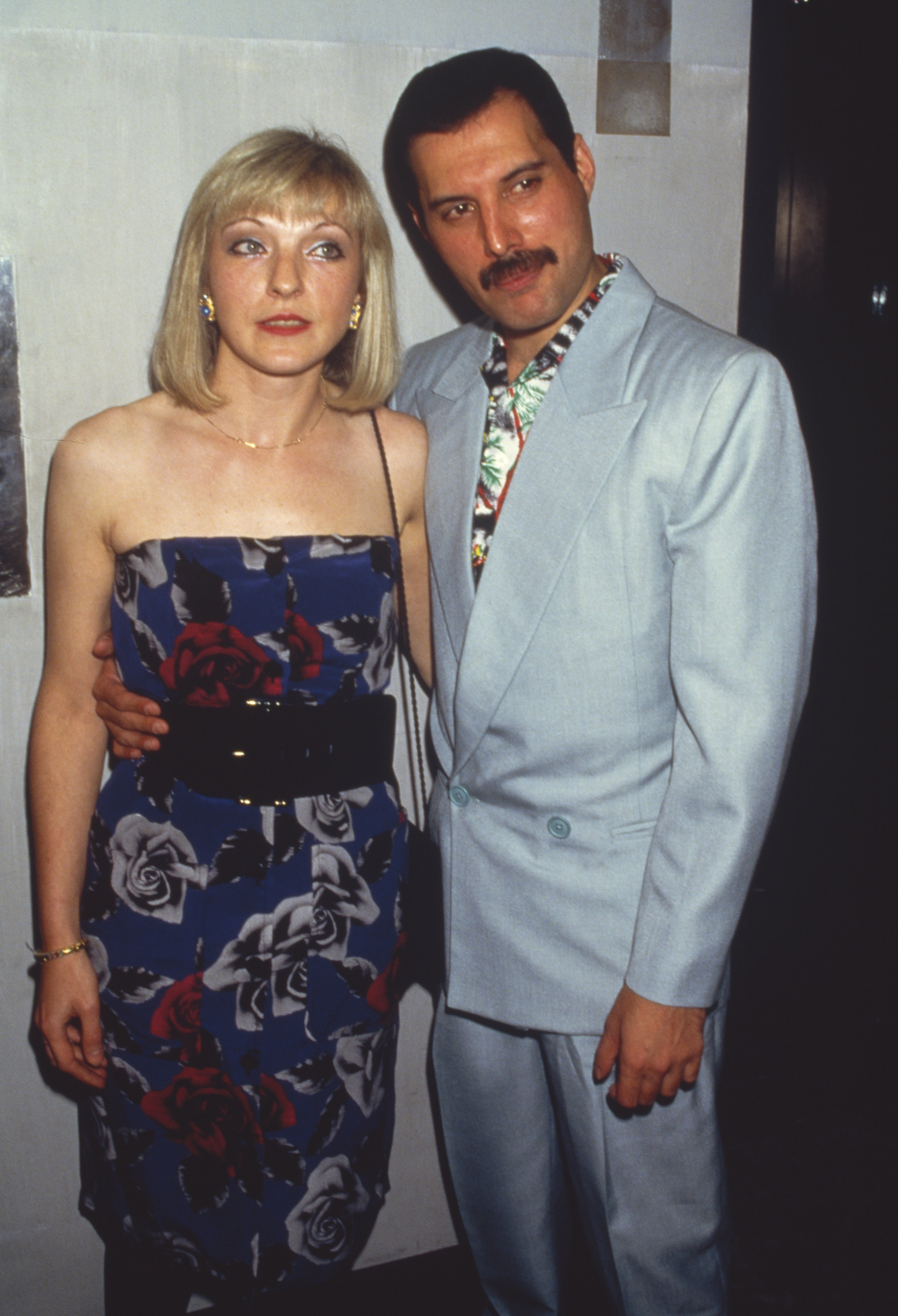 Freddie Mercury with his friend Mary Austin at an after-party for Queen's Wembley concerts, Kensington Roof Gardens, London, 12th July 1986. | Photo: GettyImages