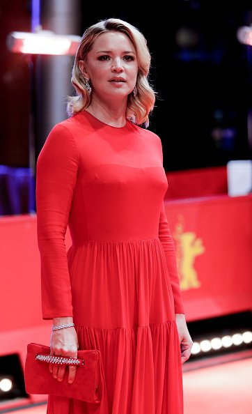 Virginie Efira pose sur le tapis rouge. | Photo : Getty Images
