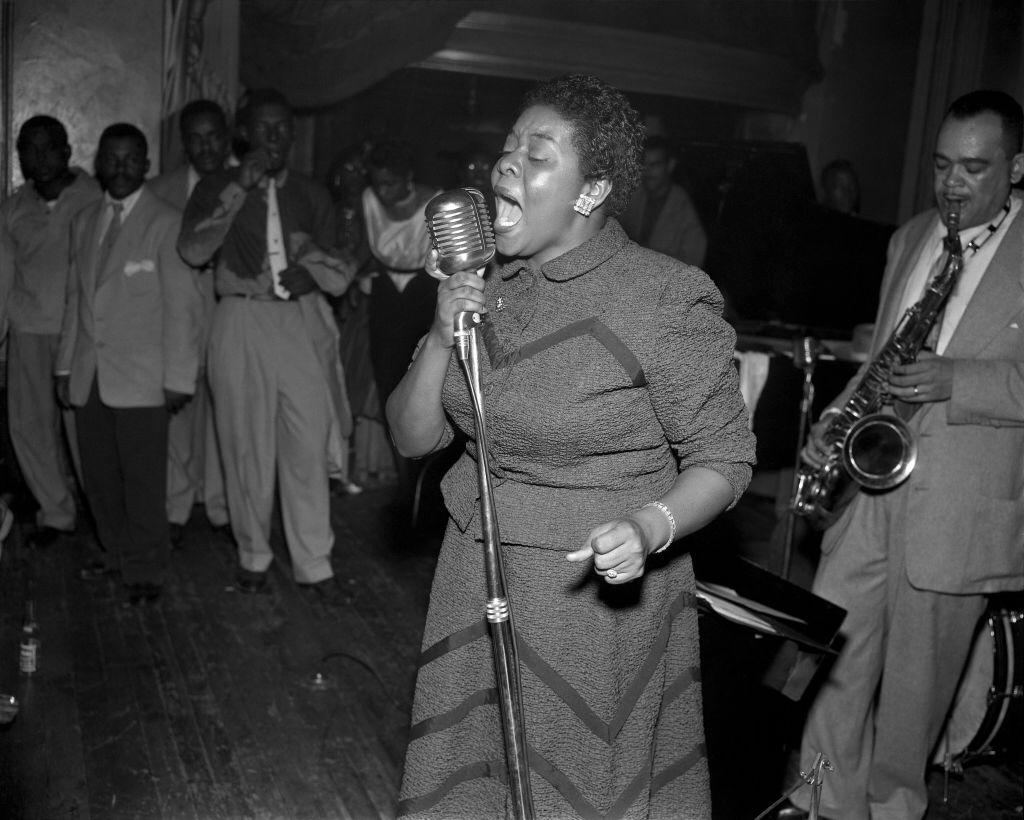 Jazz and blues and R and B singer Dinah Washington performs at the Chateau Gardens on September 5, 1952 | Photo: Getty Images