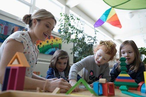 Frau mit Schülern am Tisch | Quelle: Getty Images