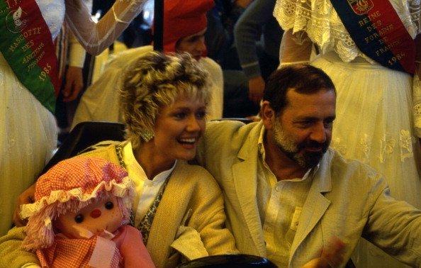 L'acteur et metteur en scène Jean Yanne avec son épouse Mimi Coutelier à la Foire du Trône, Paris, France 1988 | Photo : Getty Images