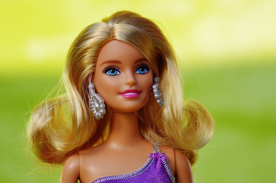 An upclose photo of a Barbie doll. | Photo: Pixaby
