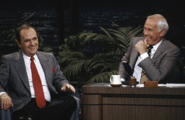 Actor Bob Newhart during an interview with host Johnny Carson | Photo: Getty Images