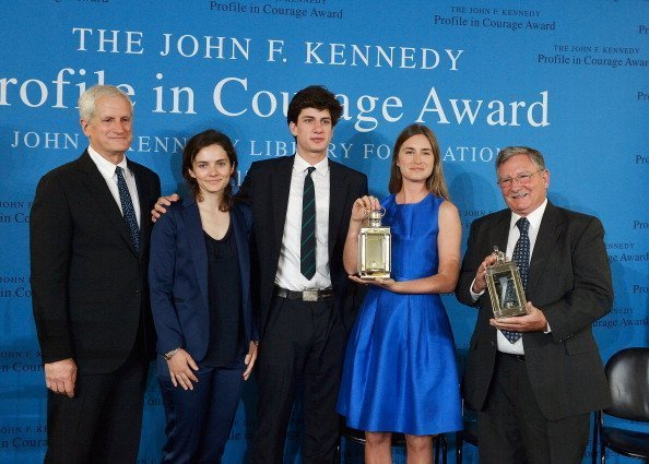 Edwin Schlossberg, Rose Schlossberg, Jack Schlossberg, Lauren Bush Lauren et Paul Bridges à la Bibliothèque présidentielle et musée John F. Kennedy le 4 mai 2014 à Boston, Massachusetts. | Photo : Getty Images