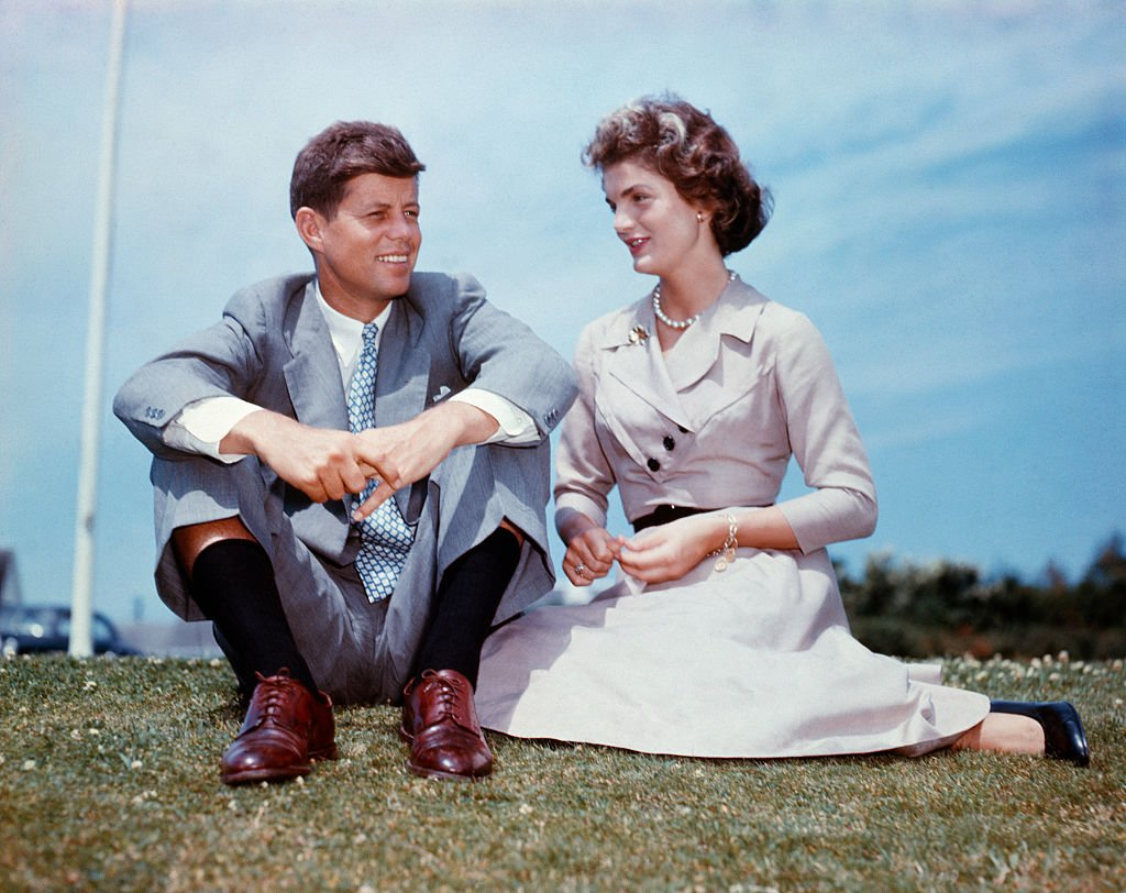 Late John F. Kennedy and Jacqueline Bouvier sat together in the sunshine at Kennedy's family home on June 27, 1953 | Photo: Getty Images