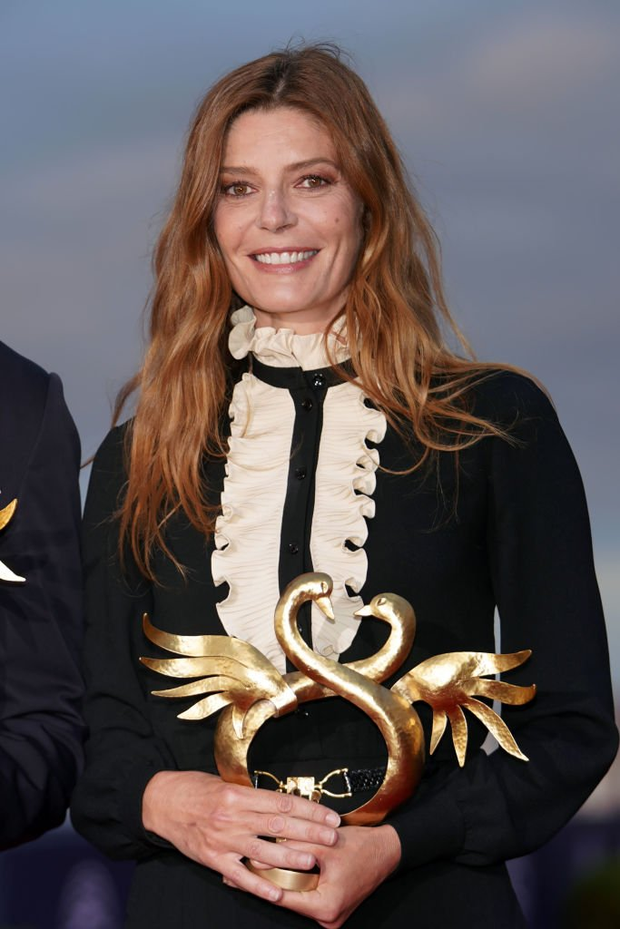Chiara Mastroianni avec son prix au Festival du Film de Cabourg. | Photo : Getty Images