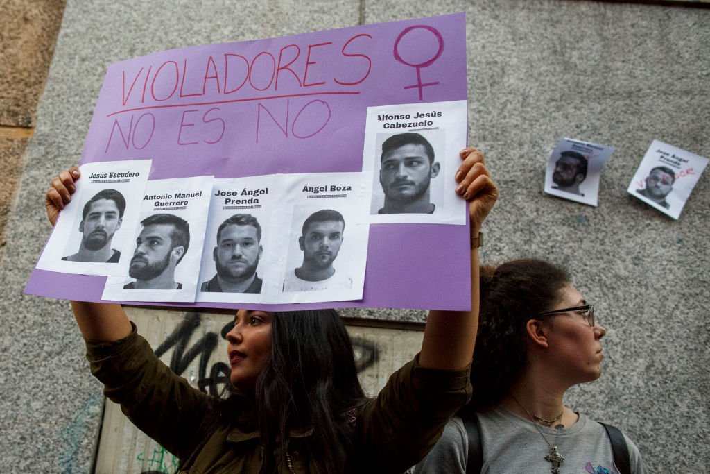 Una manifestante sostiene una pancarta con imágenes de los miembros de 'La Manada' durante una manifestación en contra del veredicto del caso de pandilla 'La Manada' frente al Ministro de Justicia el 26 de abril de 2018 en Madrid, España. | Imagen: Getty Images