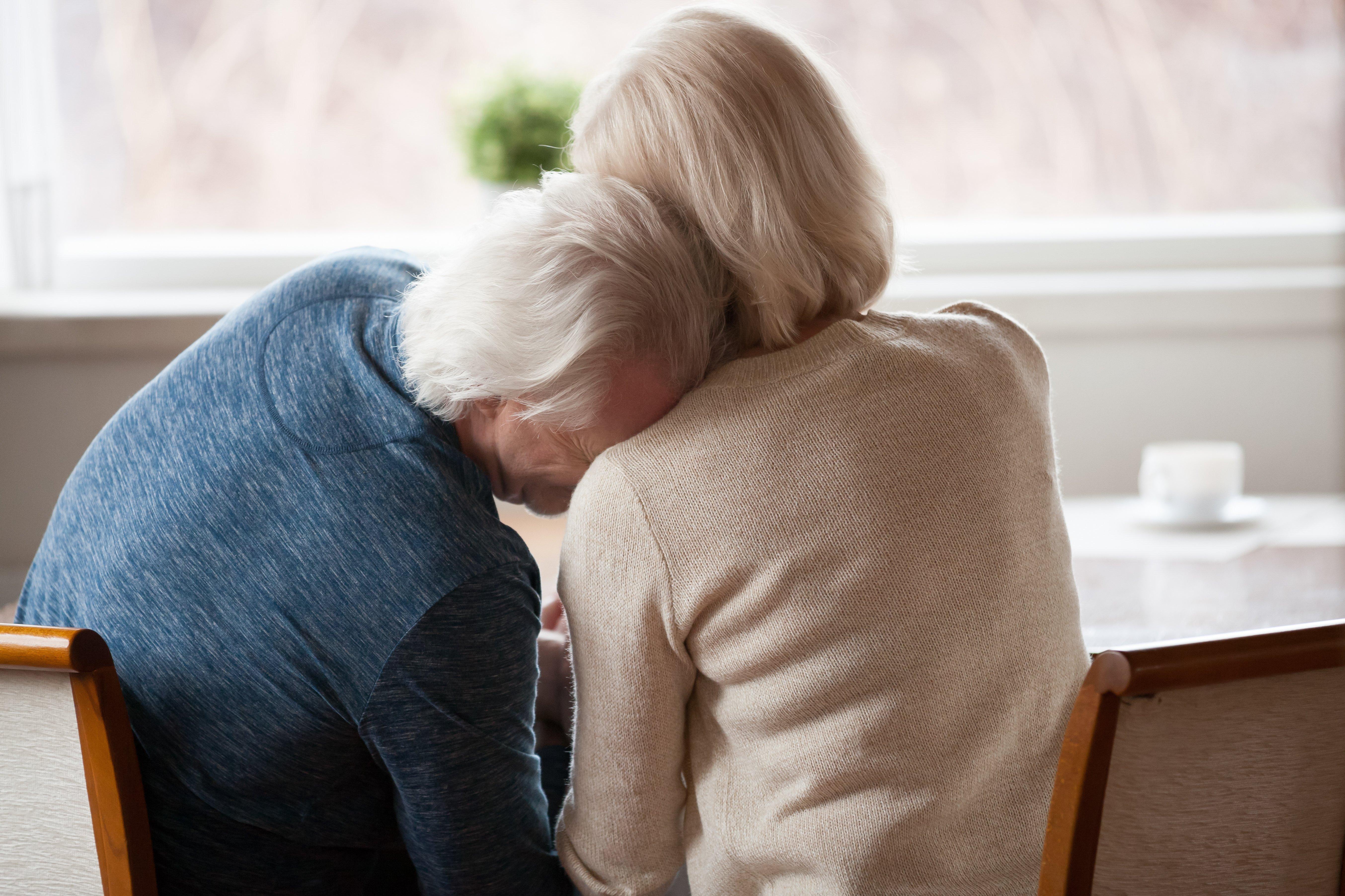 Ancianos de espalda. Fuente: Shutterstock