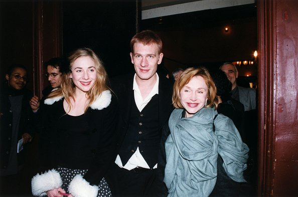 Julie, Guillaume et leur mère Elisabeth Depardieu au théâtre en janvier 1999 à Paris, France. | Photo : Getty Images