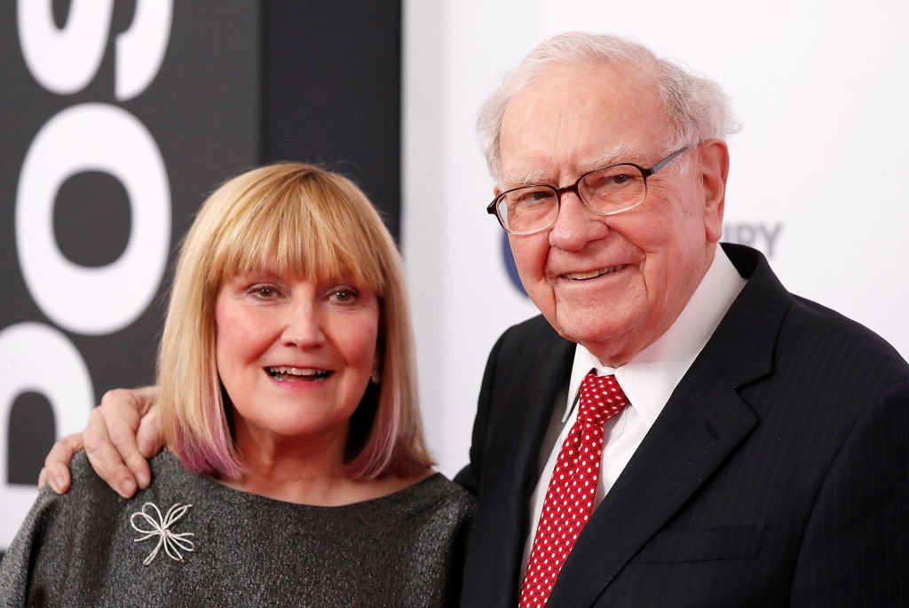 """Susie Buffett and Warren Buffett arrive at """"The Post"""" Washington, DC Premiere at The Newseum on December 14, 2017 