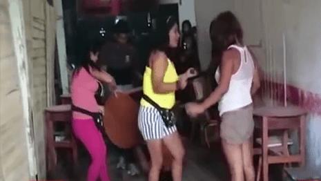 Elle a été arrêtée par des tiers présents au bar. Source : YouTube 24 heures sur 24