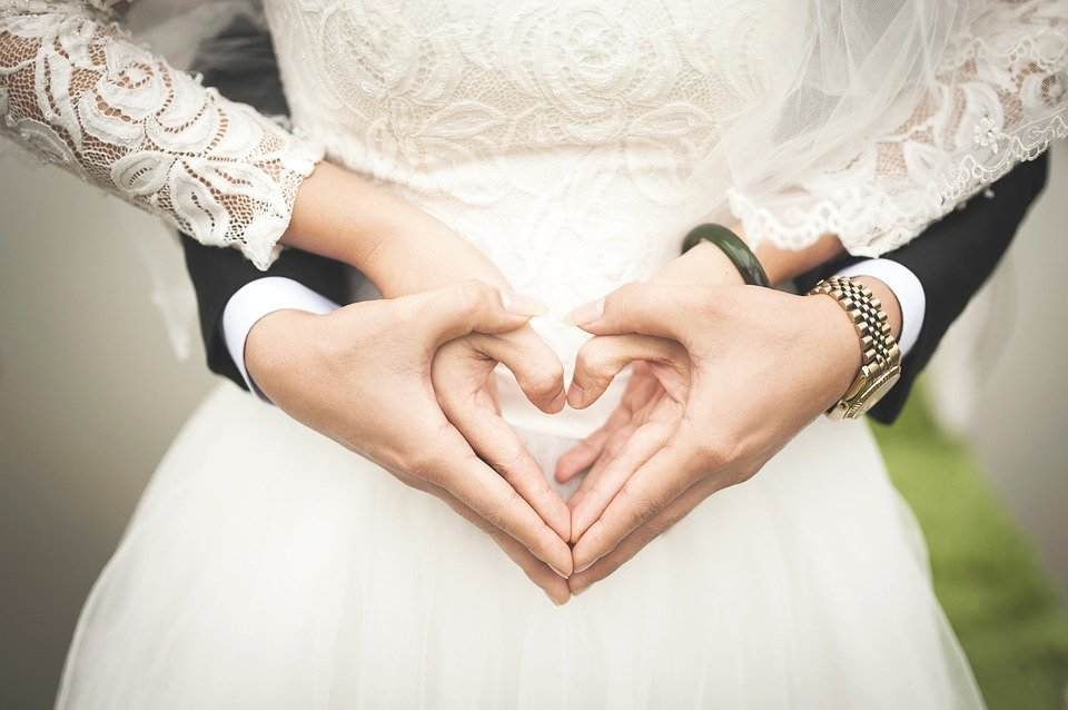 Main d'un couple marié en forme du cœur. | Photo : Pixabay