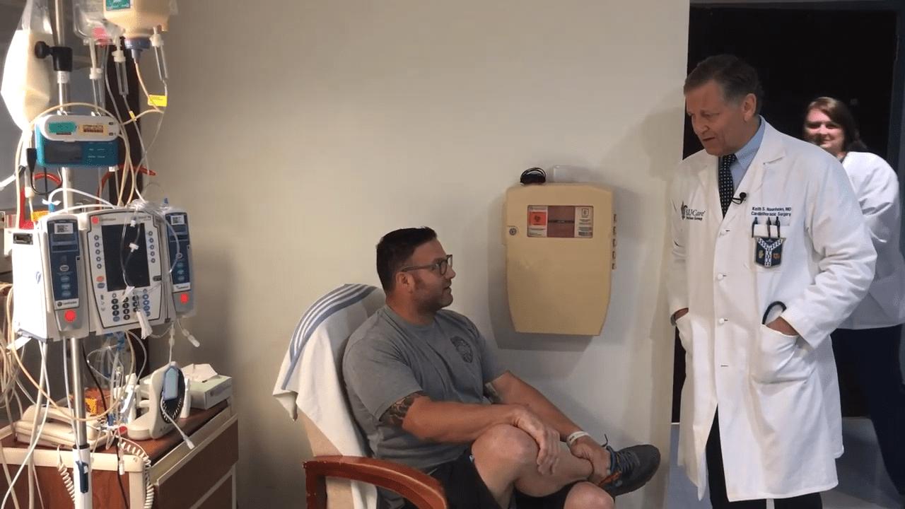 El Sgto.Mattaline en el hospital junto a un médico. │Imagen tomada de: YouTube /  SSM Health Saint Louis University Hospital