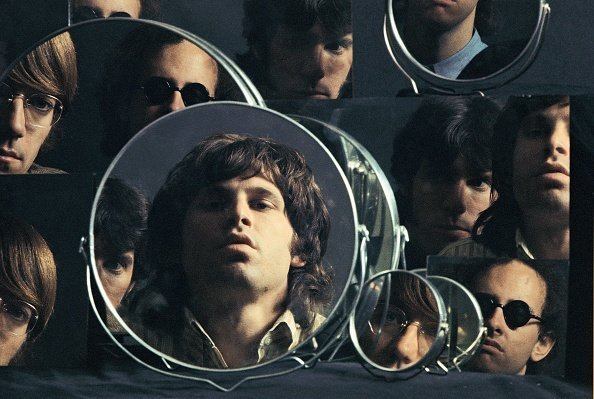 The Doors mirror their looks for a photoshoot, 1967. | Photo: Getty Images