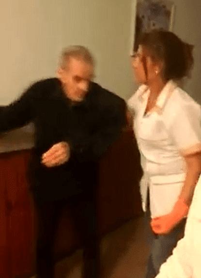 Mujer empuja a un abuelo. | Imagen tomada de: Facebook/ Daniel Moragues