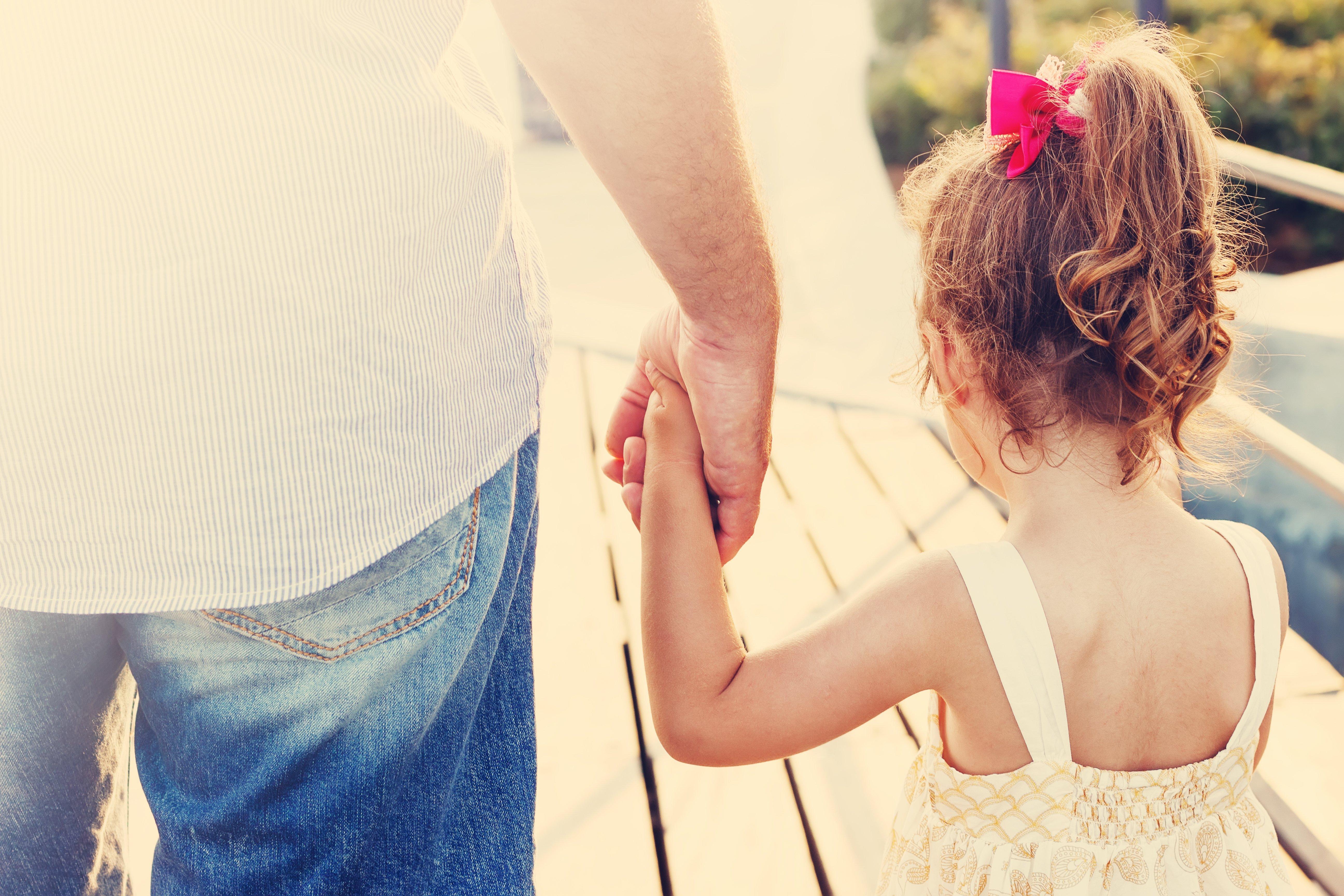 Padre e hija tomados de la mano. Fuente: Shutterstock