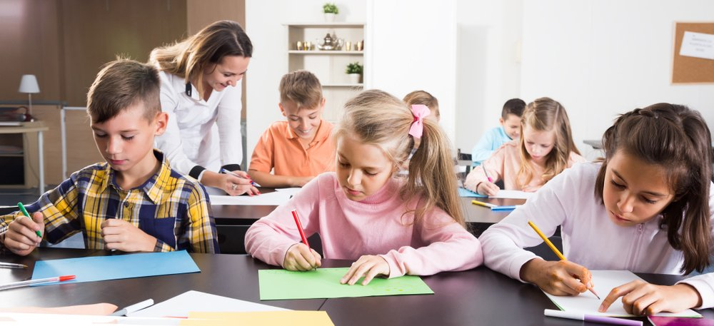 A teacher is discussing animals with her students. | Photo: Shutterstock