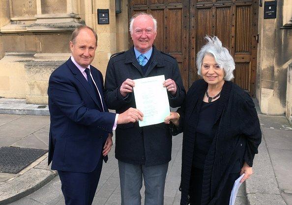 Peter Lawrence, Kevin Hollinrake MP und Baroness Hamwee mit dem Gesetzesentwurf | Quelle: Getty Images