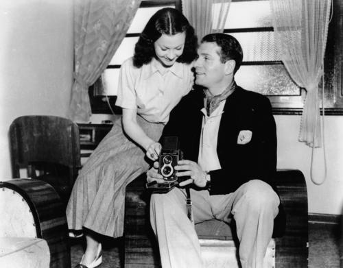 Laurence Olivier and Vivien Leigh on a short holiday at the Gold Coast after touring with the Old Vic Company in Hobart. | Source: Wikimedia Commons