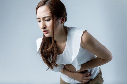 Une femme ayant des maux de ventre. l Source : Shutterstock