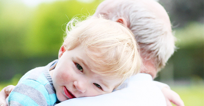 Un garçon de six ans nourrit patiemment son arrière-grand-père souffrant de démence