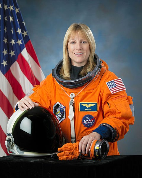 Portrait of Kathryn Hire in NASA uniform with U.S. flag in the background | Source: Wikimedia Commons