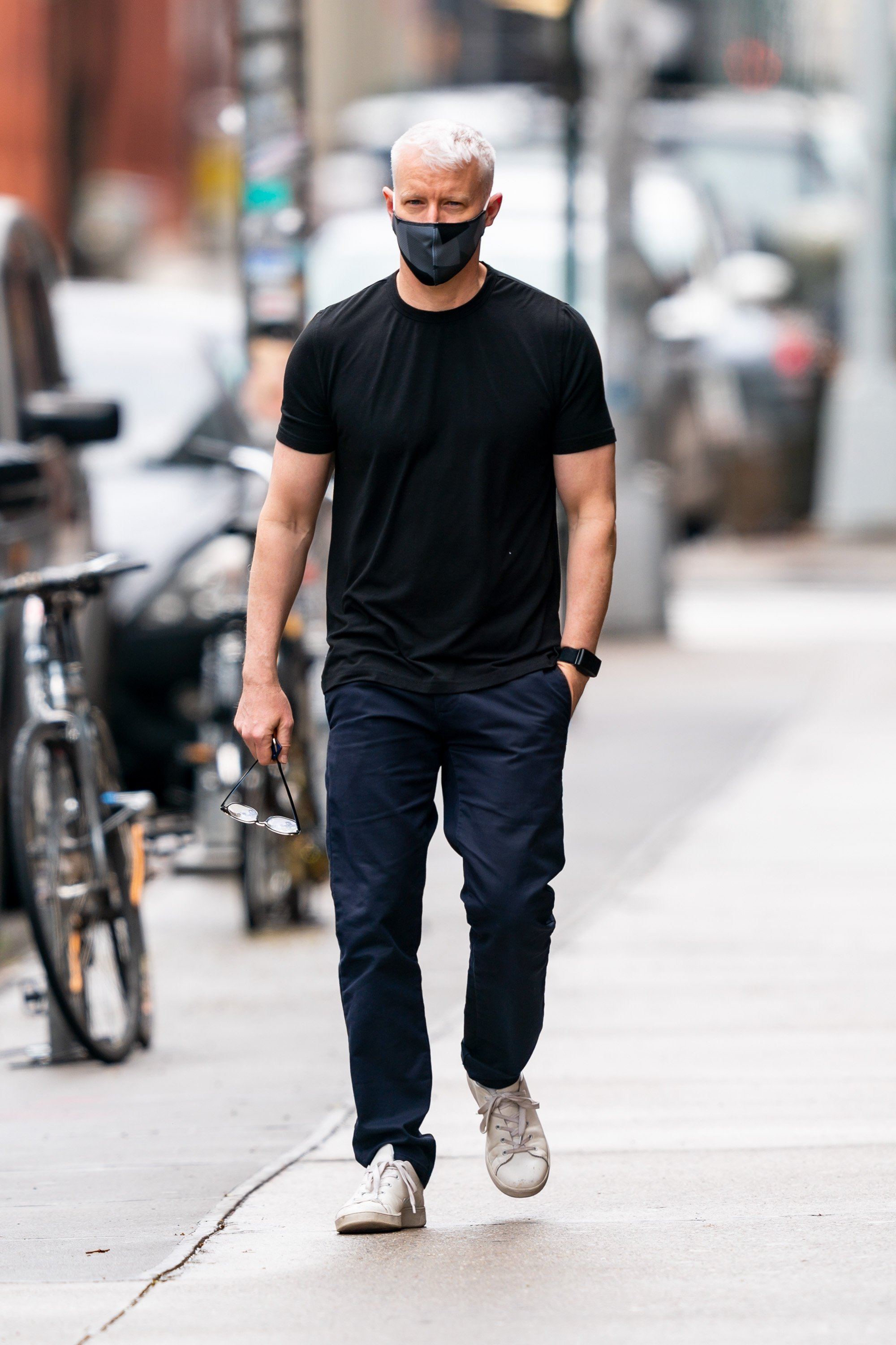 Anderson Cooper caught out on a walk in New York's Westvillage in May, 2020. | Photo: Getty Images.
