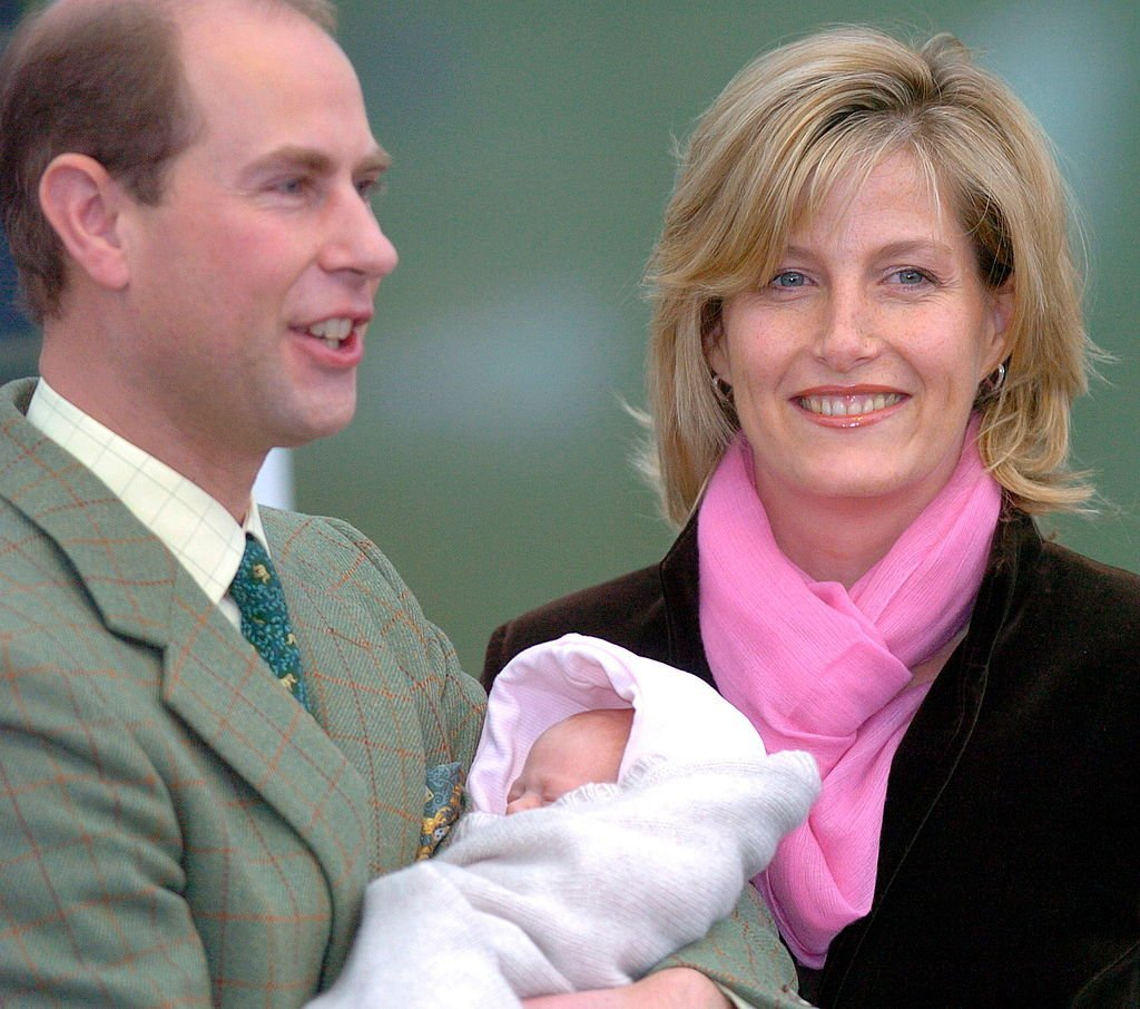 Sophie Rhys-Jones, le Prince Edward et leur fille Louise le 23 novembre 2003. l Source : Getty Images
