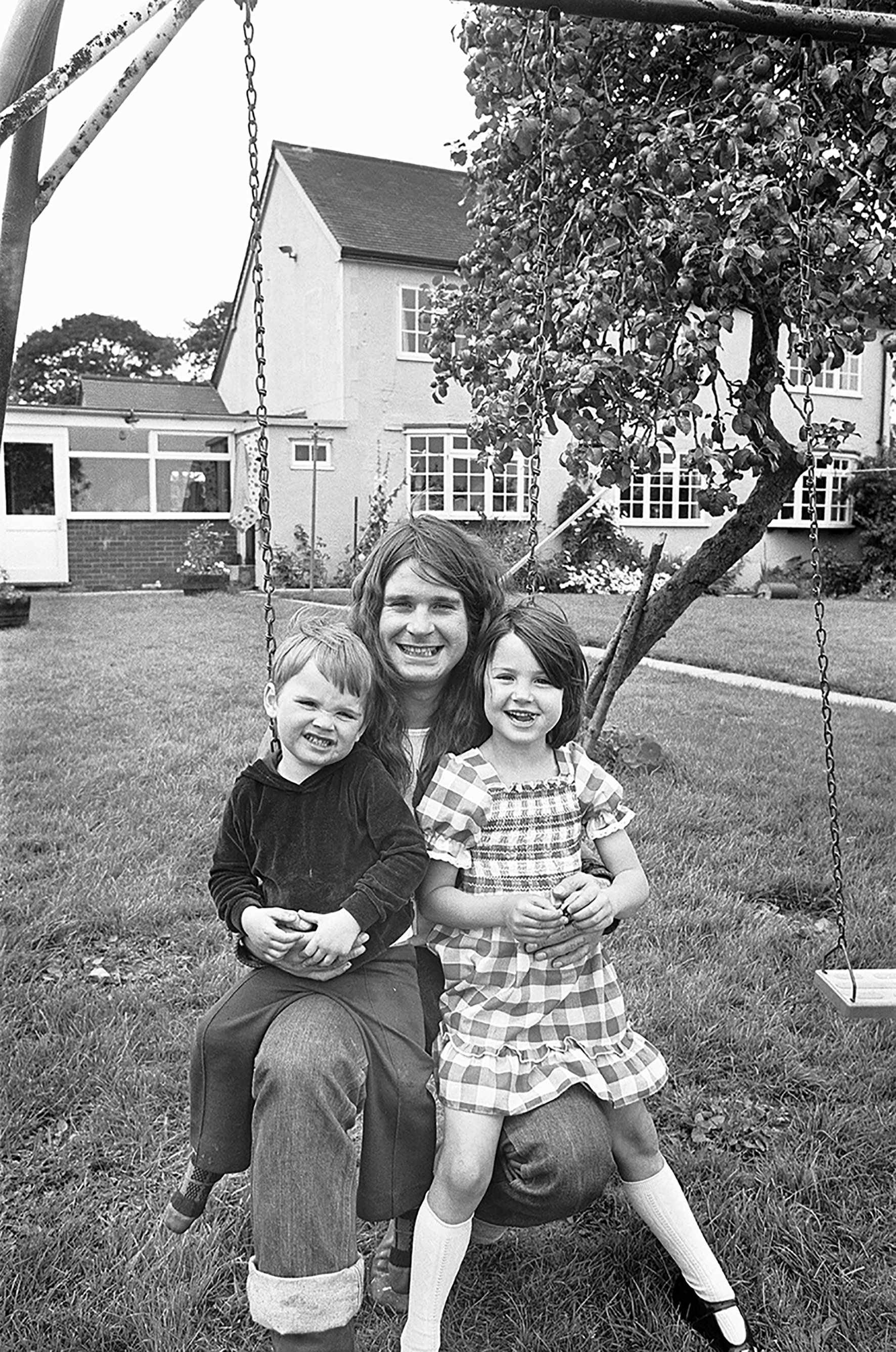 Ozzy Osbourne at home with his children Jessica and Louis, in 1978 | Source: Getty Images