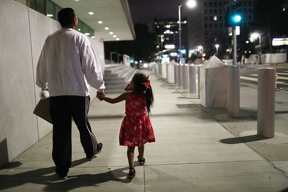 A father and her daughter.| Photo: Getty Images.