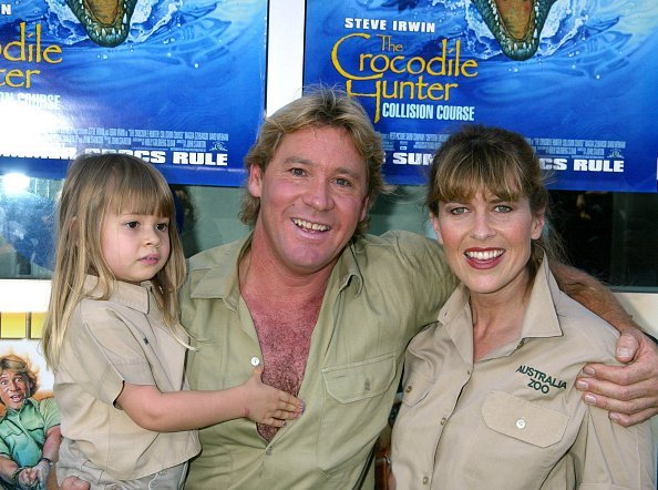 Steve Irwin, Terri Irwin, and daughter at the Arclight Cinerama Dome in Hollywood, Califoria, 2002 | Photo: GettyImages