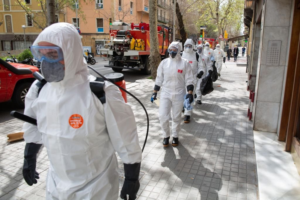 Soldiers of the Military Emergency Unit are seen entering to disinfect a nursing home to stop coronavirus outbreak on March 27, 2020 in Barcelona, Spain | Photo: GettyImages