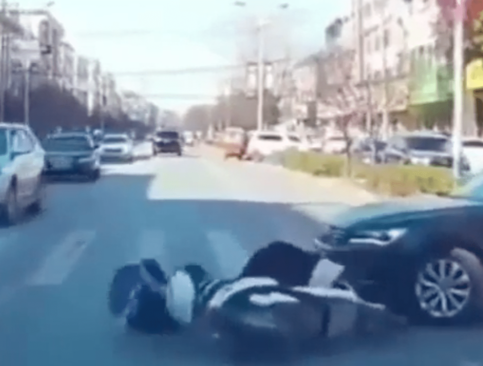 Woman in the middle of an accident scene   Photo: Reddit/Whatcouldgowrong