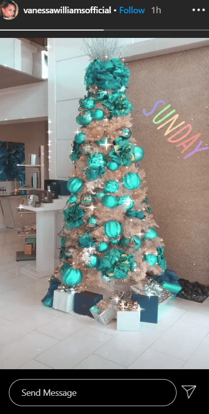 A lovely photo of Vanessa Williams' gorgeous golden Christmas tree | Photo: Instagram / vanessawilliamsofficial