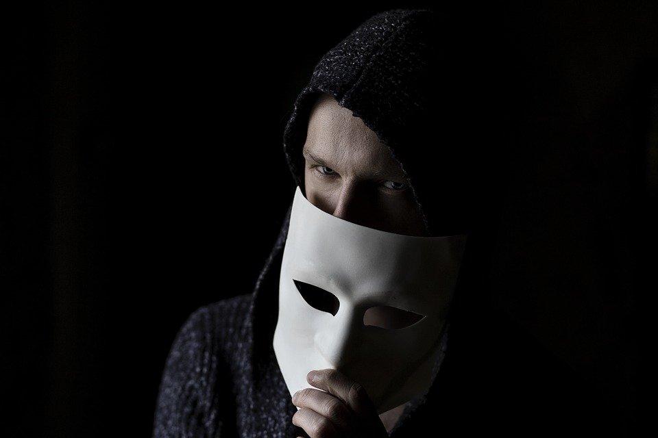 Personne cachant son visage. | Photo : Pixabay