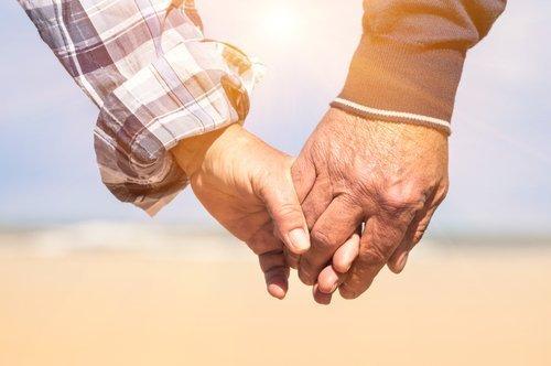 Un couple de personnes âgées se tenant la main. Photo : Shutterstock