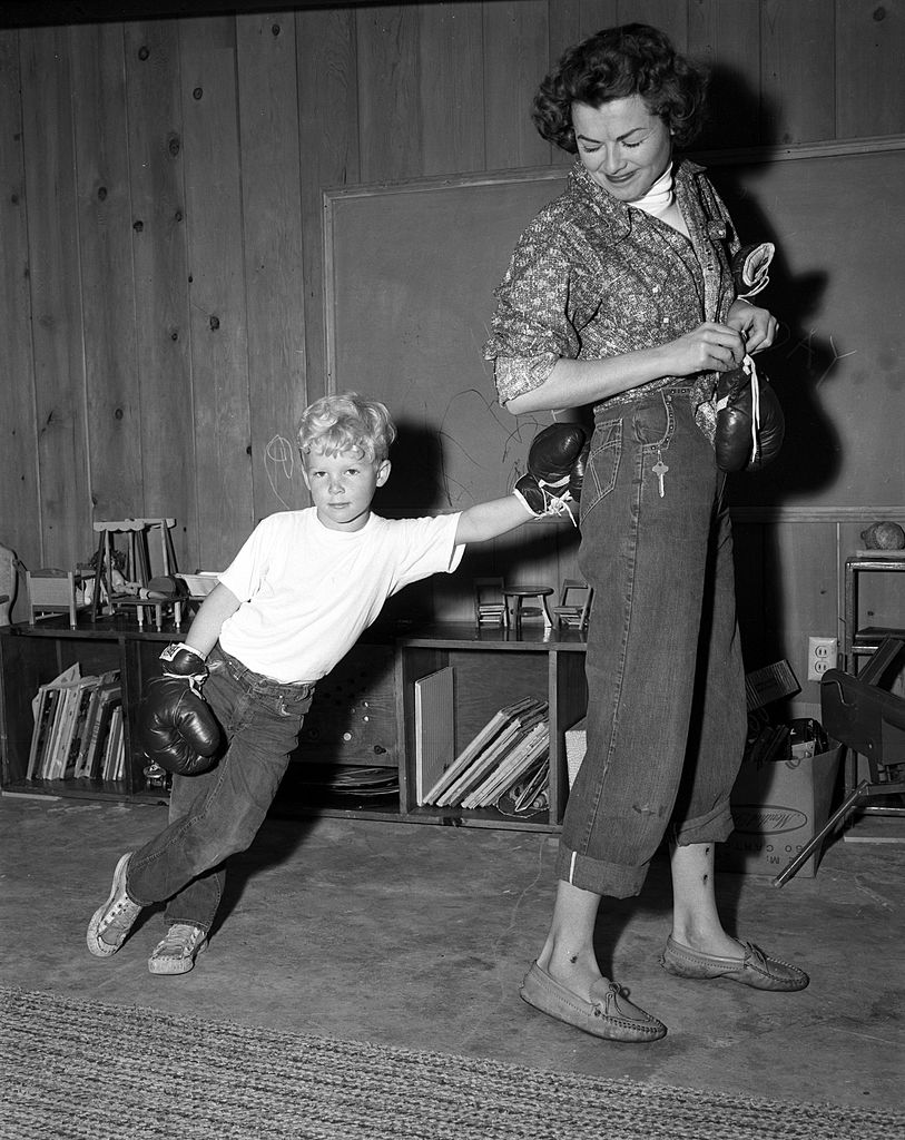 Barbara Hale is seen playing with his son Katt at home on 02 June, 1957 | Photo: Getty Images