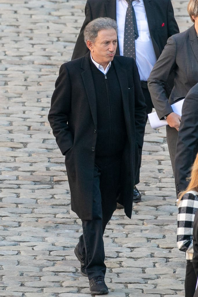 Michel Drucker assiste à l'hommage national à Charles Aznavour aux Invalides le 5 octobre 2018 à Paris, France. Le chanteur français Charles Aznavour est mort à 94 ans le 1er octobre. | Photo : Getty Images