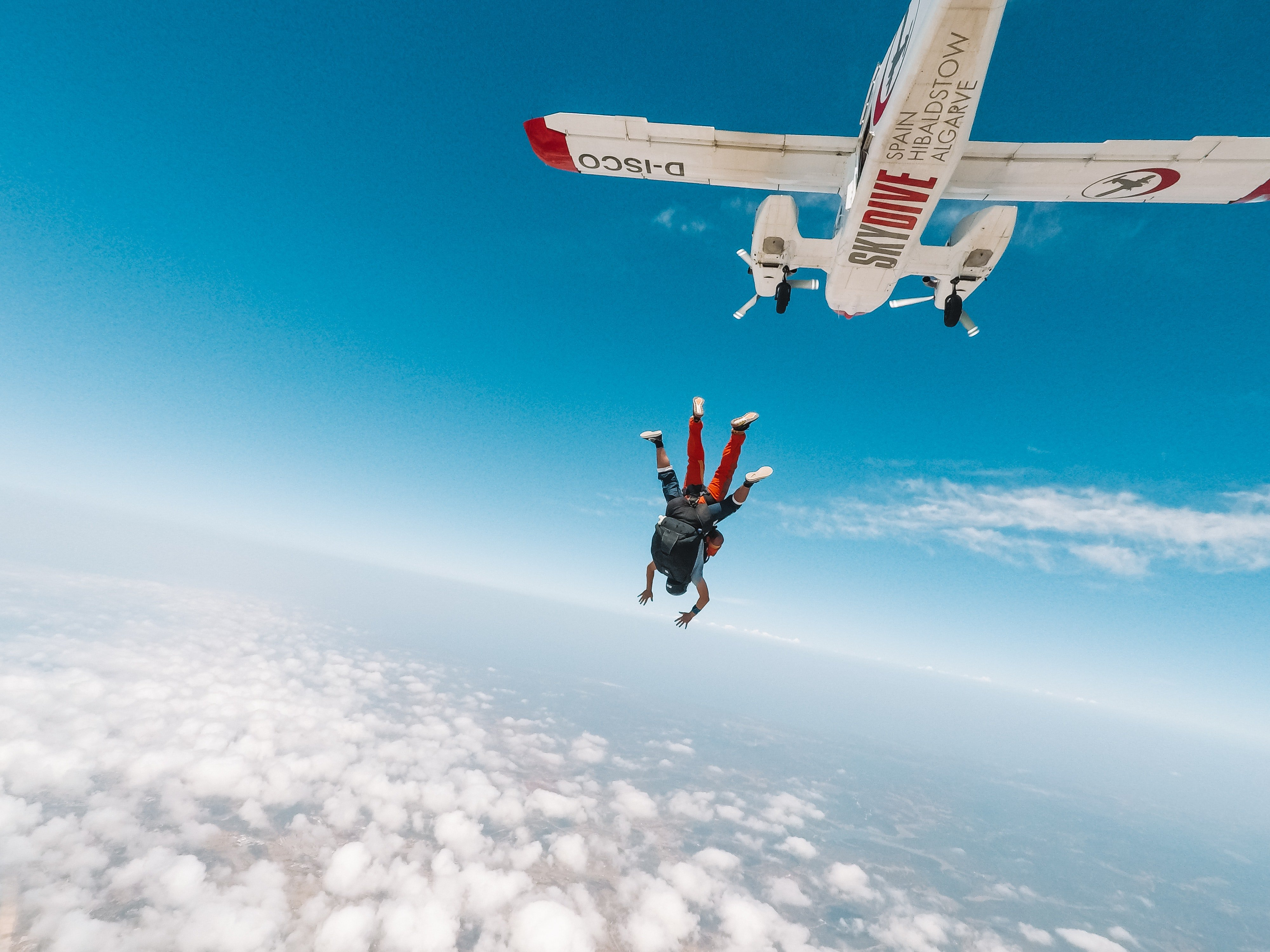 Two individuals falling out of an airplane to skydive.   Photo: Pexels/ Otra ruta