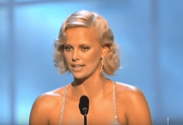 "Charlize Theron remporte un Oscar pour ""Monster"".   Youtube/Oscars"