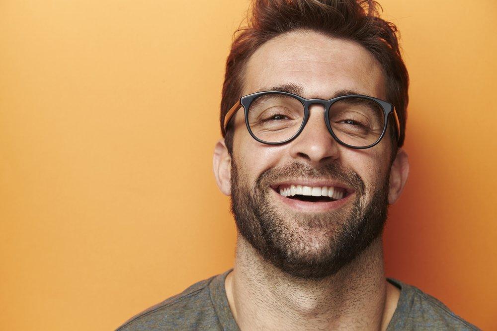Un homme sourian. | Photo : Shutterstock